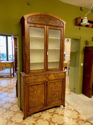 Alacena modernista antigua restaurada
