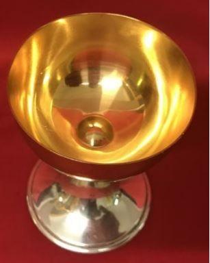 Cáliz en metal dorado. Origen italiano. Años 80