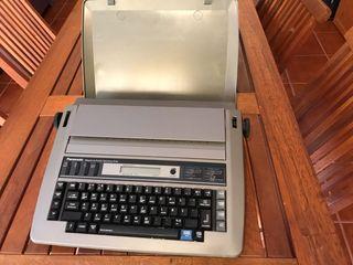 Máquina se escribir eléctrica y otra manual.