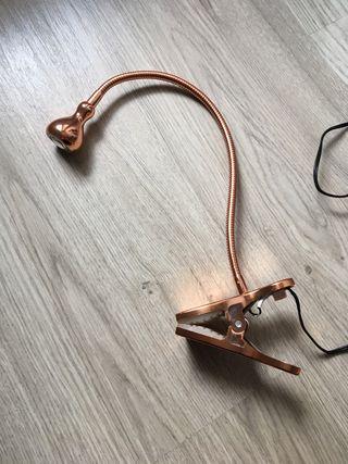 Lámpara LED de pinza acabado cobre Ikea