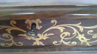 Joyero. Cofre en madera con incrustaciones.