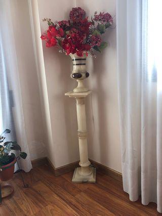 Lámpara de columna y jarrón de marmol