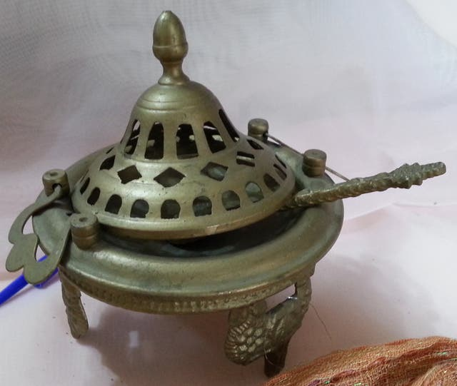 Pequeño incensario en bronce. Con soporte y tapa.