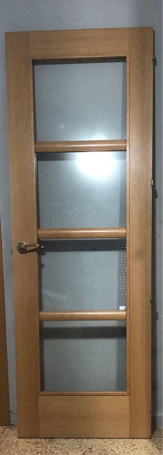 Puerta de madera con cristal