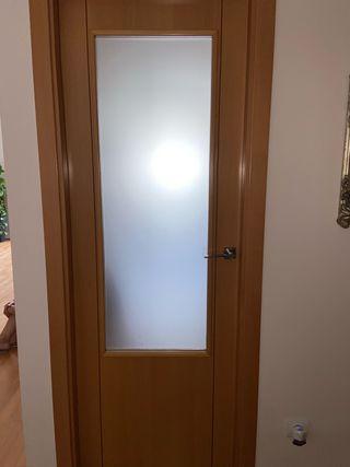 Puerta color madera con cristal