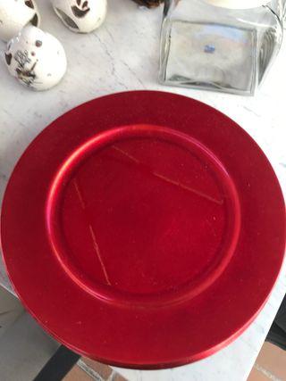 Bajo plato rojo