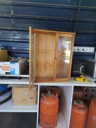mueble de madera y cristal,