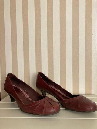 Zapatos granates de tacón fino talla 38