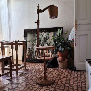 Lámpara-mesita de pie, madera maciza