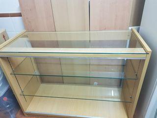 mostrador de tienda, cristal y madera.
