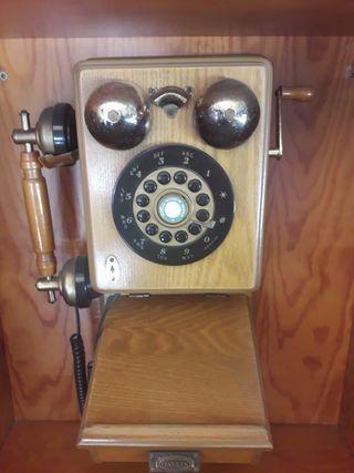 Teléfono tipo antiguo de madera