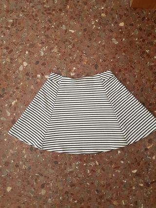 Falda de rayas de niña