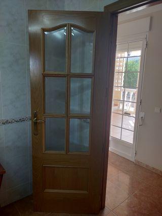 Puerta de madera y marco