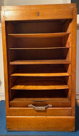 Mueble archivador de roble con persiana