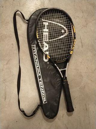 Raqueta con funda de tenis.