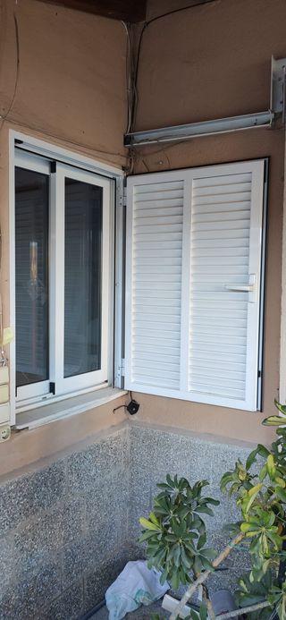 Persiana y ventana de aluminio blanco