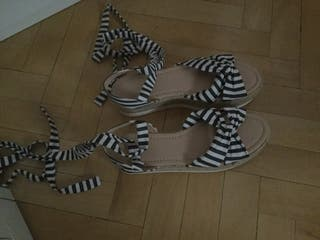 Sandalias blancas y negras