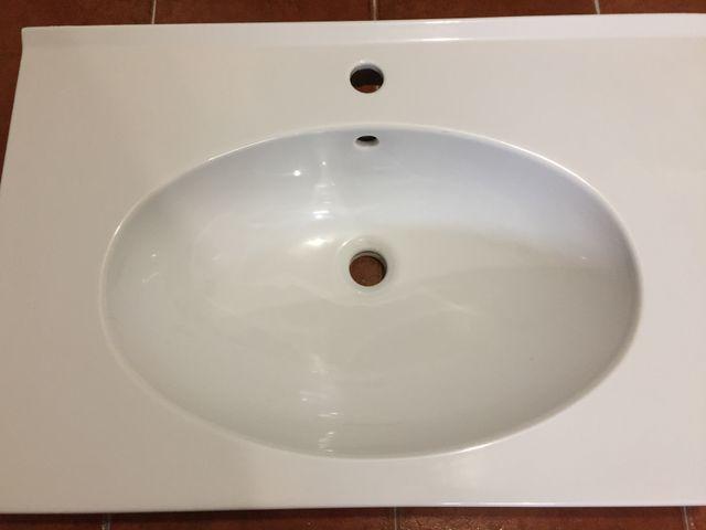 Lavabo de cerámica blanco suspendido con toallero