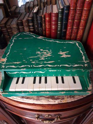 Piano antiguo de madera, de juguete o decoración
