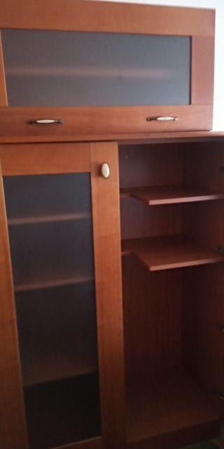 Dos muebles de madera con baldas y puertas cristal