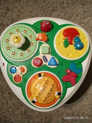 Mesa y maleta de juegos infantiles.