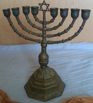 Candelabro judío de 8 brazos. Janukia. En bronce.