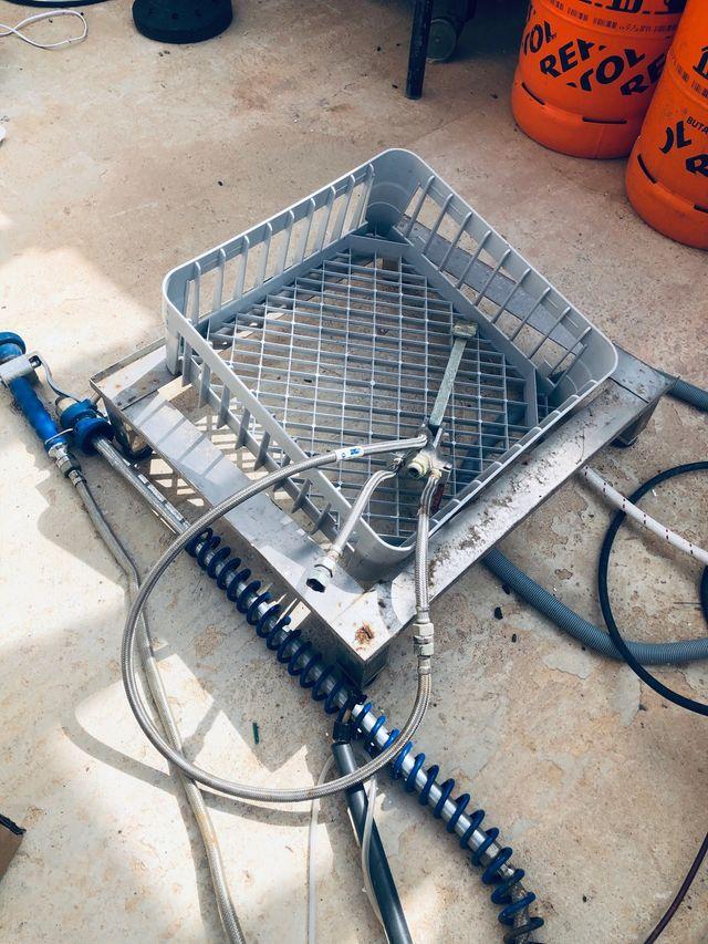 Lavavajillas industrial y grifo de pedal
