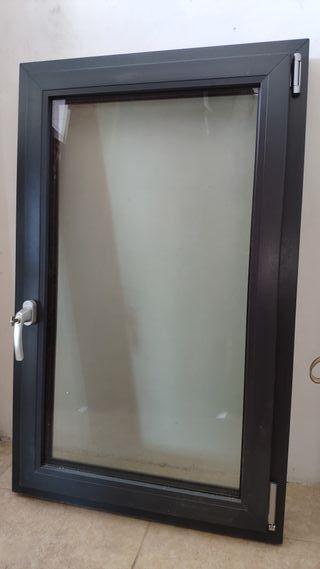 Ventana de PVC gris