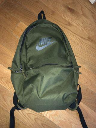 Mochila Nike verde militar