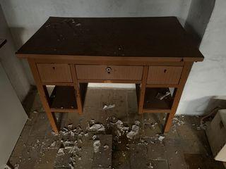 Mesa antigua de madera y contrachapado
