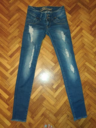pantalón estilo roto mujer