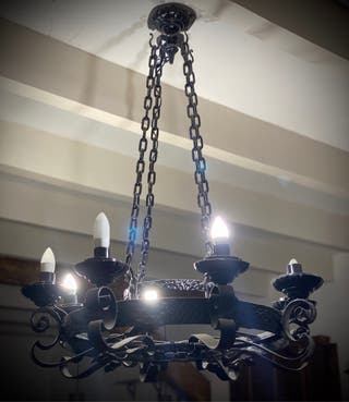 Lámpara de forja negra.
