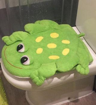 Cubre inodoro de toalla decorado ranas