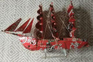 Barco Coca-Cola hecho con latas