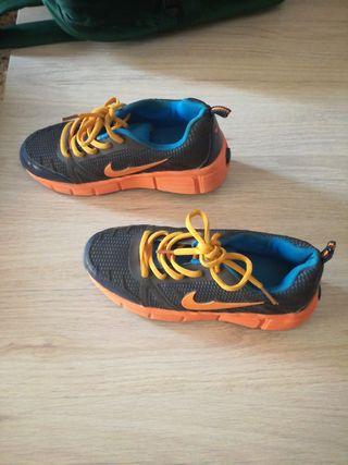 Zapatillas ruedas de niño.