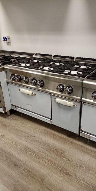 Cocina industrial 6 fuegos con horno.