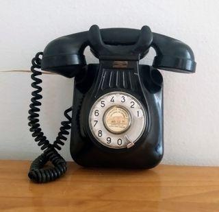 Antiguo teléfono de pared analógico