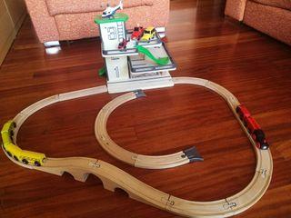 Tren, vias, helipuerto,parking madera.