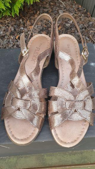 Sandalias de tiras color bronce