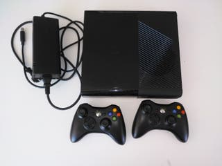 Consola XBOX 360 E + 12 juegos y mandos