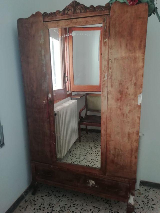 Armario antiguo de madera con espejo