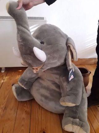 Elefante gigante de peluche nuevo
