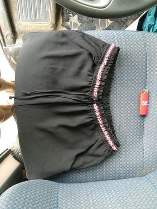Pantalón negro con cinturón colorido