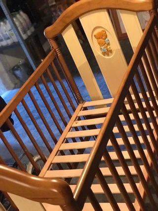 Cuna de madera de bebé