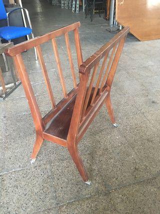 Gran revistero de madera antiguo