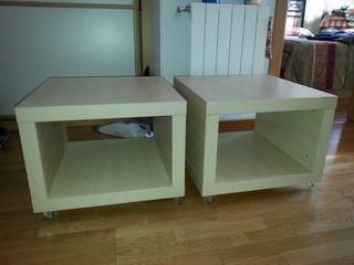 2 Mesas auxiliares blancas con ruedas.