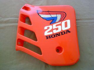 Honda 250 Tapa, cacha lateral moto