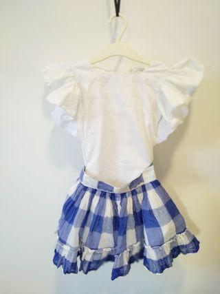 falda con top blanco