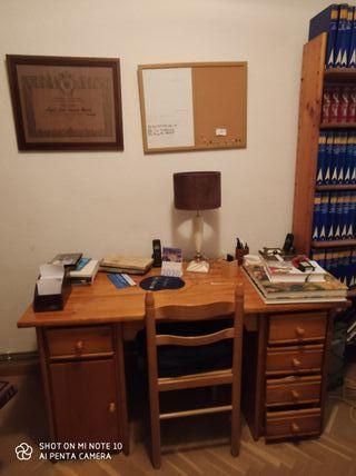 Escritorio con cajones y silla