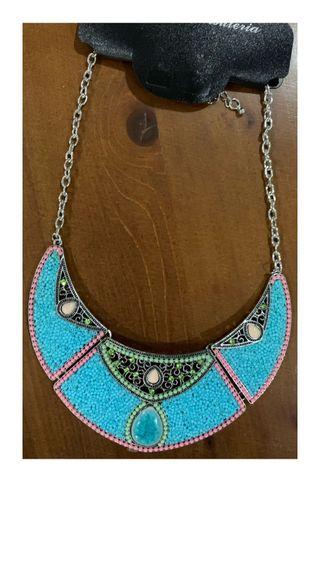 Collar de perlas azul turquesa